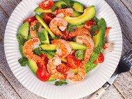 Рецепта Салата със скариди, авокадо и чери домати